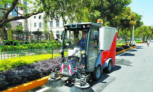 德国专业洗扫车正在清洁路面。