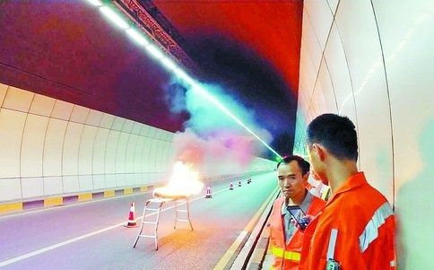 工作人员在隧道内进行测试。(市公路局 供图)