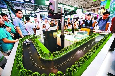 5月26日,参观者在数博会上参观高速不停车移动支付系统。