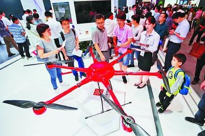 5月26日,市民在数博会现场参观大型无人机。