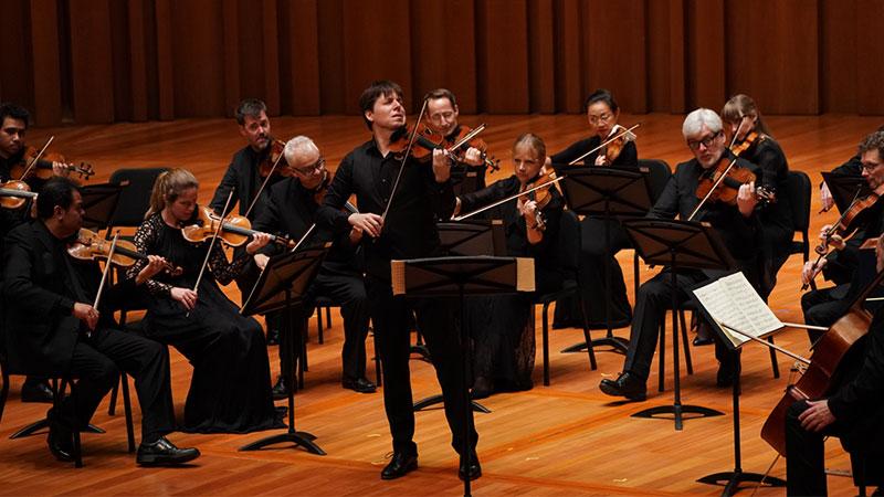田野里的圣马丁室内乐团与现任音乐总监、小提琴大师约夏·贝尔再度携手归来,献上本届五月音乐节的收官之乐