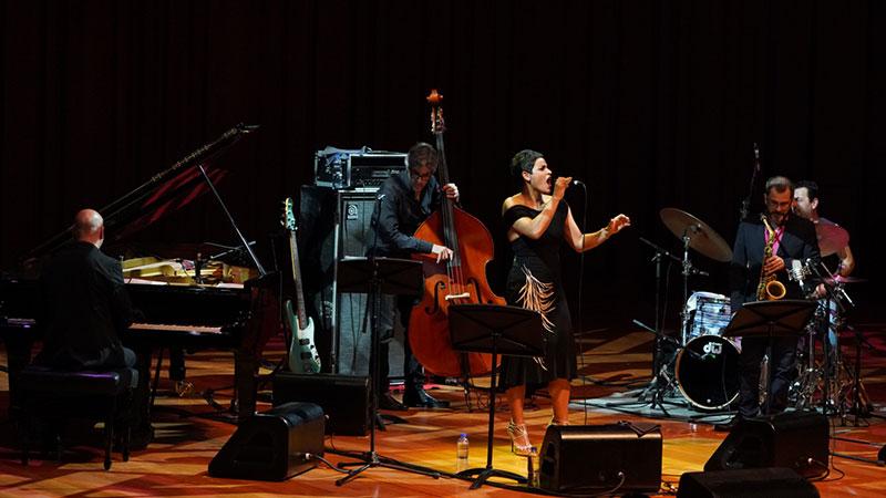 卡丽玛在音乐会上大展爵士歌手的功力