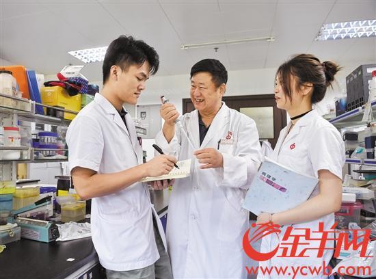 【中国梦·践行者】他是喜欢当老师的医生 他是热爱创新的50后