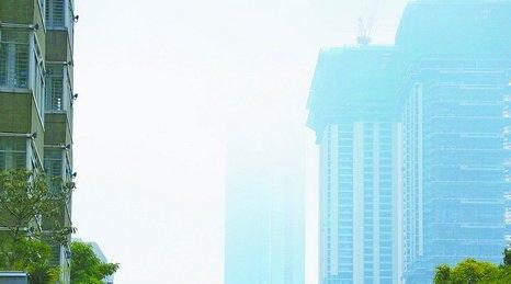 昨日湿度高,雾气遮蔽了高楼。