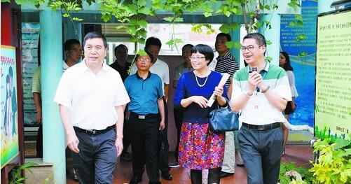 ▲湖里区人大常委会主任黄炜(左一)察看吕岭小区读书园。
