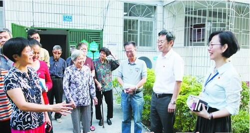 湖里区人大代表和南山新村居民一同探讨小区治理问题。