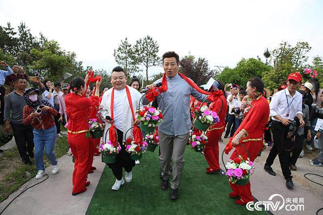 主持人毕铭鑫、付玉龙,刘刚带着明星嘉宾、世界冠军、众多乡贤、游子等回家