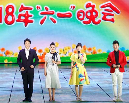 从左到右:央广的陈旻、少儿频道的月亮姐姐、小鹿、绿泡泡