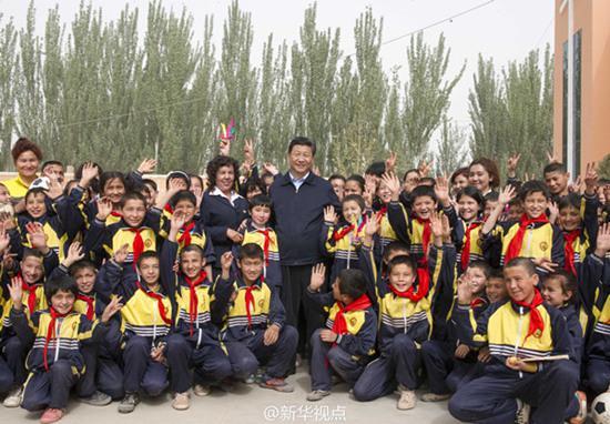 2014年4月28日,习近平来到疏附县托克扎克镇中心小学看望孩子。来源:新华社