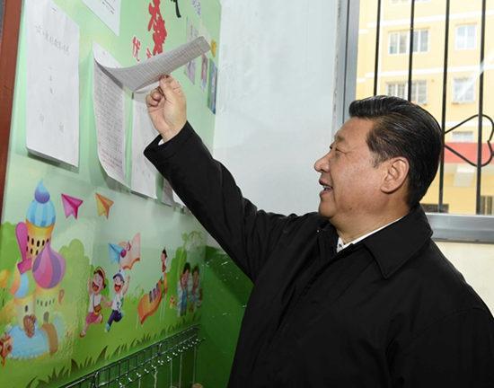 2015年2月14日,在陕西考察工作的习近平专程来到杨家岭福州希望小学察看学校办学情况。来源:新华社
