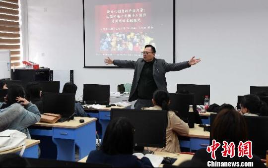 图为台湾教师、阳光学院副教授张纹珑博士课堂上声情并茂地讲课,受到学生的喜爱。 刘可耕 摄