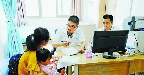 上海儿科专家在厦门市儿童医院为患儿诊治。