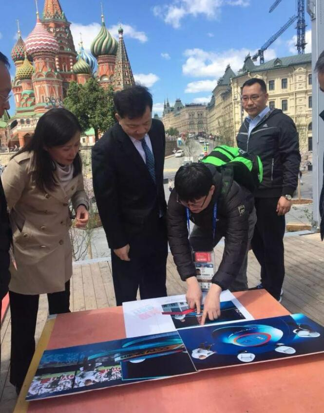 中央宣传部副部长、中央广播电视总台台长慎海雄考察红场融媒体演播室建设现场。