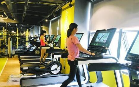 会员正在这种24小时健身房内健身