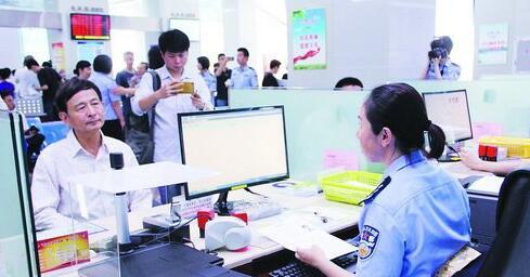 民警为群众办理出入境证件
