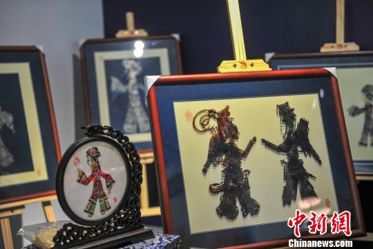 首届台沈文创交流博览会在百合文旅创客工场举行,图为现场展出的非遗文化产品。 于海洋 摄