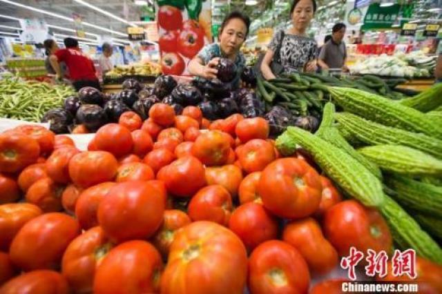 ↑资料图:民众在超市选购蔬菜。