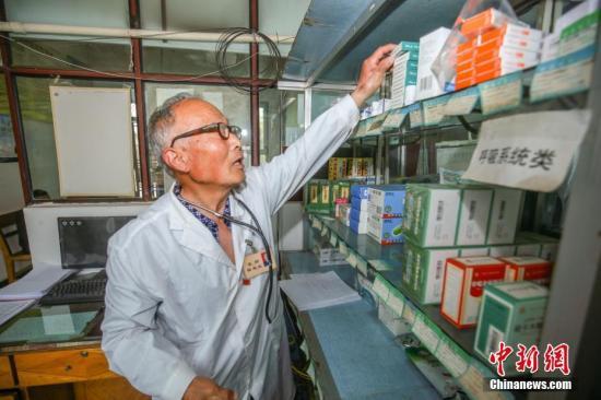 资料图:医生正在整理药品。