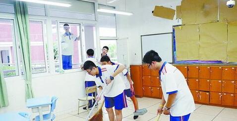 厦门一中考点,学生打扫考场内的卫生