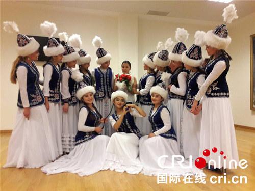 由中国文化和旅游部主办的上海合作组织成员国艺术节开幕式暨民族音乐会演出5月30日在北京保利剧院举行,来自上合组织成员国各国的民族乐队为观众献上了一场精彩纷呈的视听盛宴。(图片来源:国际在线)