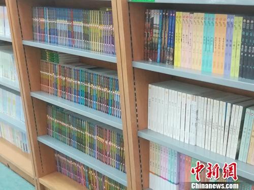 某图书大厦内摆放整齐的少儿图书,分类明确。上官云 摄