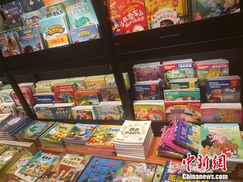 某书店内,这些童书摆放在专门的少儿图书区域内,方便读者翻看。上官云 摄