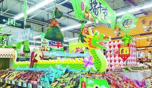 """商场内售卖粽子的货架,用""""龙舟""""装饰,引人注目"""