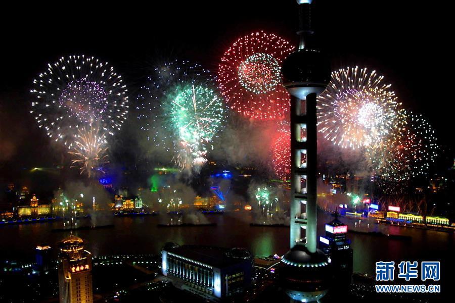焰火在上海黄浦江畔绽放(2001年10月20日摄)。