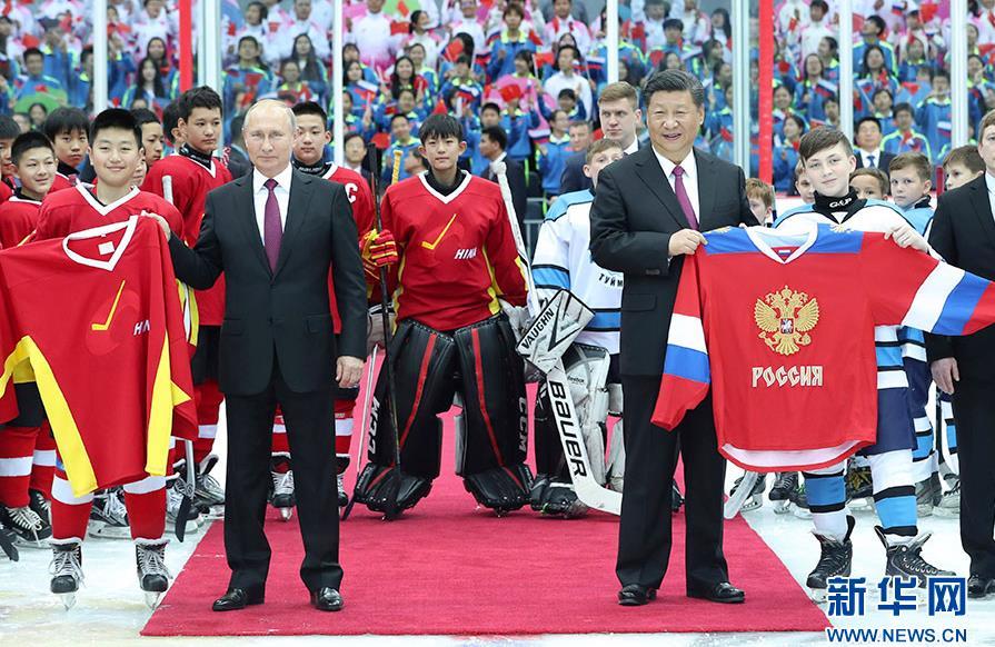 6月8日晚,国家主席习近平同俄罗斯总统普京在天津体育馆共同观看中俄青少年冰球友谊赛。两国元首同小队员们亲切交谈、合影,并共同为比赛开球。新华社记者 庞兴雷 摄
