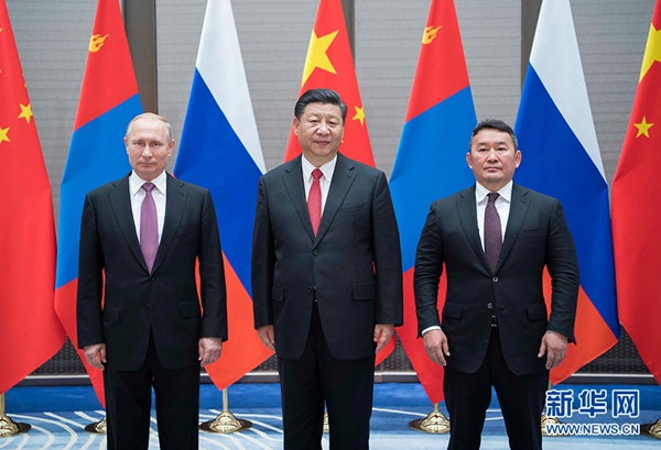 6月9日,国家主席习近平同俄罗斯总统普京、蒙古国总统巴特图勒嘎在青岛举行中俄蒙三国元首第四次会晤。习近平主持会晤。新华社记者李涛摄