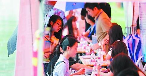 在2018-2019年福州站校园招聘会上,企业求贤若渴,求职者积极应聘。