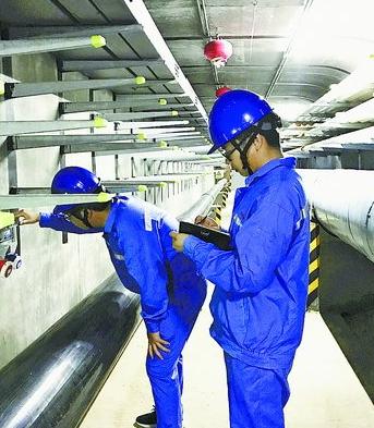 工作人员在地下综合管廊内巡查