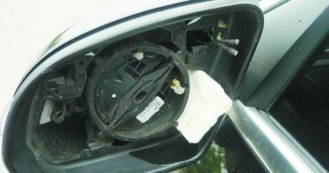 后视镜被盗,车上还留有纸条。
