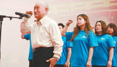 83岁的牛犇庄严宣誓,加入中国共产党。资料图片