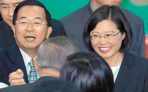 前台湾地区领导人陈水扁(左)、现台湾地区领导人蔡英文(右)