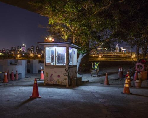 林俊耀这次被典藏的作品,拍摄台湾工地、停车场的警卫亭。