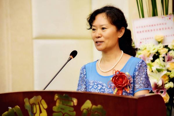 中国老年保健医学研究会健康管理服务专业委员会会长梅晓芳介绍分会工作