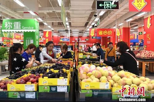 资料图:民众在超市选购水果。中新社记者 俞靖 摄