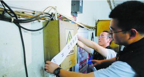 市环境执法支队执法人员依法查封涉嫌环境违法企业的生产设施