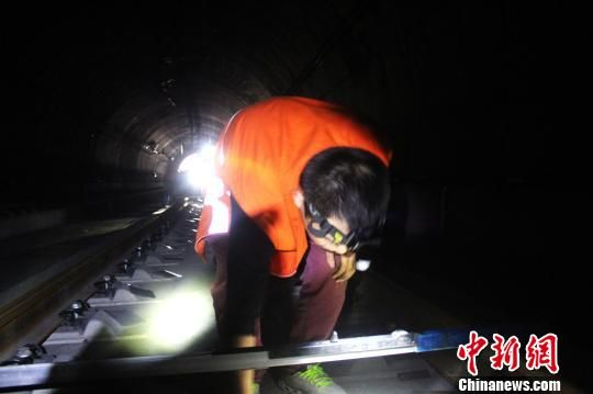 图为南(平)三(明)龙(岩)铁路龙岩段精调施工现场。