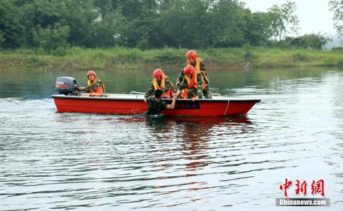 资料图:图为湖北赤壁消防大队举行防汛抗洪应急救援拉动演练。