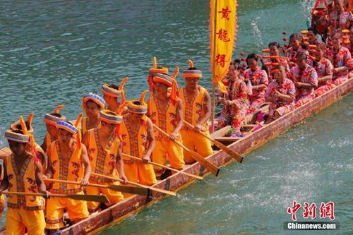 资料图:端午节期间,贵州省黔东南州镇远县举行第三十四届传统龙舟文化节。