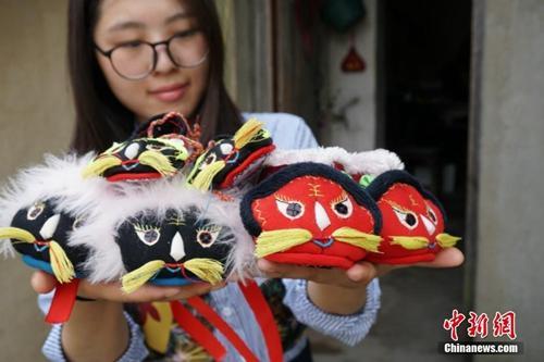 """资料图:江南农村有端午节让孩童穿""""虎头鞋""""的习俗。常州金坛7旬老人缝制的""""虎头鞋""""栩栩如生。"""