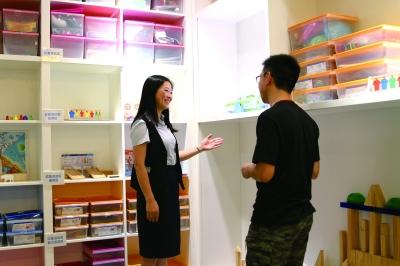 杨晶晶(左)向顾客介绍企业产品