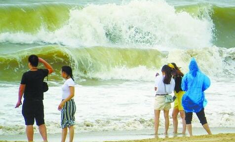 昨日厦门阴天有雨,沿海有大风,图为黄厝海滩游人