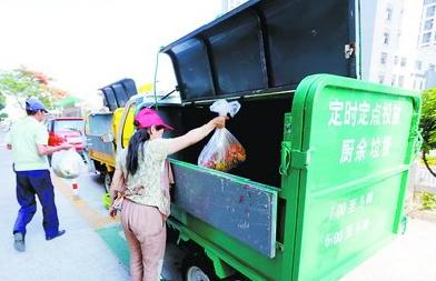 在园山社区,垃圾转运车准时准点出现,取代了垃圾桶点位。