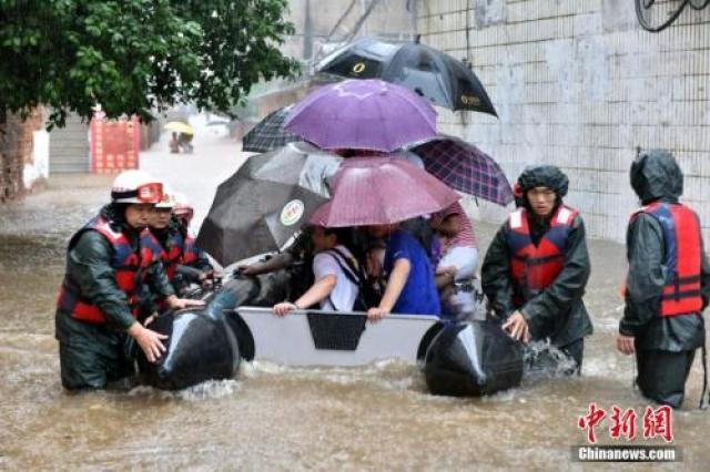 ↑6月20日,强降雨让江西进贤县民和镇三阳村发生严重内涝,救援人员利用皮划艇将被困群众转移到安全地带。
