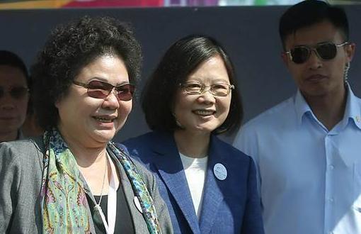 吴子嘉直言,陈菊(左1)从当蔡办祕书长以来,帮了蔡英文(中)不少倒忙