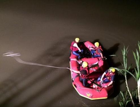 台湾消防人员在大排水沟打捞失踪女子。(图片来源:彰化县消防局提供)