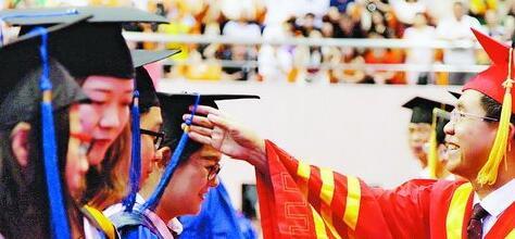 校长李清彪为毕业生拨穗。(集大 供图)